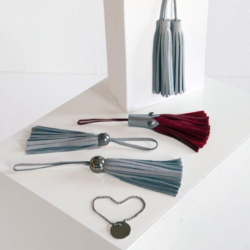 Tassles and personalizable disk as handbag accessories